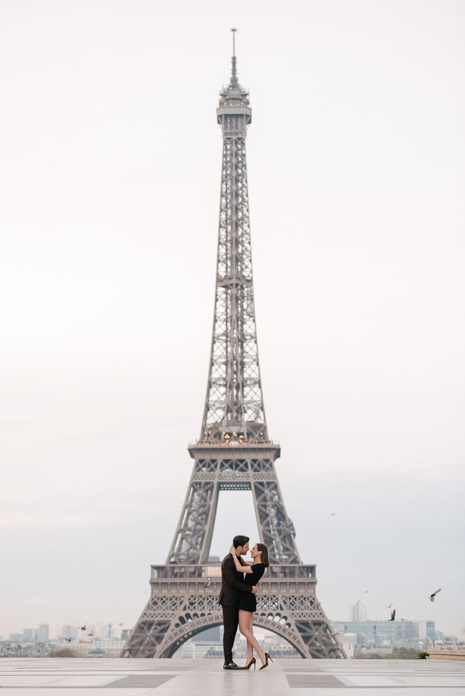 Picture ideas for couples - Iconic framing of a young couple in the middle of the Eiffel Tower